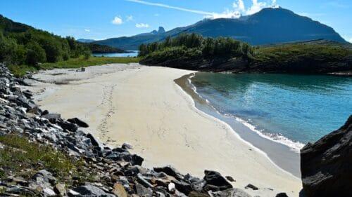 Strand ved veien på Kjerringøy